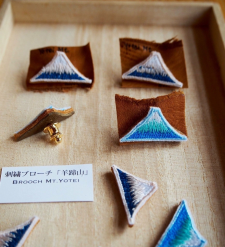 羊蹄山をイメージした刺繍ブローチ、イラストレーターのマリナさんとのコラボレーションです。